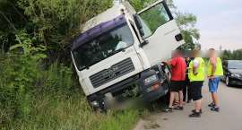Staniszów : Ciężarówka w rowie
