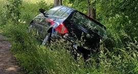 Zderzenie dwóch aut. Jeden samochód ląduje w rowie