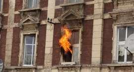 Uratowali mężczyznę z płonącego mieszkania