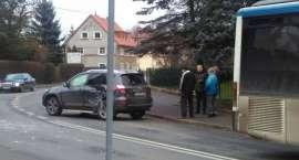Zderzenie auta osobowego z autobusem w Cieplicach