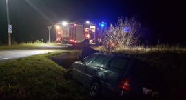 Volkswagen wypadł z drogi. Kierowca miał problemy z sercem.