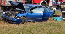 Auto uderzyło w drzewo. Dwie osoby poszkodowane