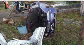 Rozpędzone auto wpadło na prywatną posesję. Pojazd dachował.