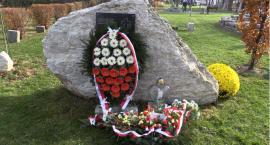 Uroczyste złożenie kwiatów przy Kamieniu Pamięci w Piechowicach