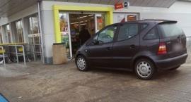 Mistrz parkowania - zastawił drzwi marketu