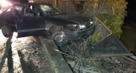 Policyjny pościg ulicami miasta. Uciekające auto rozbiło się na ogrodzeniu.
