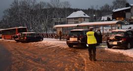 W Szklarskiej Porębie turyści beztrosko parkują na przystanku autobusowym