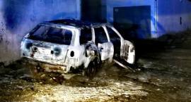 Na ulicy Kadetów doszczętnie spłonął samochód