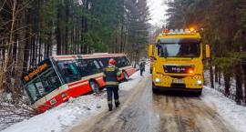 Autobus MZK wpadł do rowu. Kierowca wściekły na drogowców!