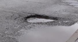 Kierowcy uwaga na dziury. Niektóre z nich są bardzo głębokie.  Nie jest dobrze.
