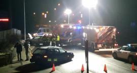 Zderzenie dwóch samochodów na skrzyżowaniu w Cieplicach. Jedno auto wpadło na ogrodzenie.