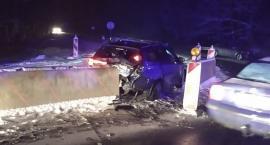 Zderzenie w Radomierzu. Oba auta rozbiły się na barierach.