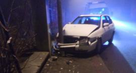 Na Pijarskiej auto uderzyło w latarnię. Kierująca uciekła.