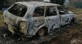 Porzucony i spalony wrak samochodu