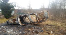 Spalony wrak utrudnia dojazd do działek...