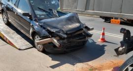 Auto osobowe wbiło się w tył ciężarówki