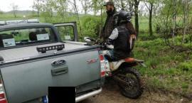 1000 zł mandatu za nielegalny wjazd do lasu oraz mandat dla kierowcy za jazdę przeładowanym autem.
