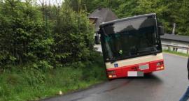 Autobus MZK zsunął się na pobocze