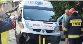 O krok od tragedii w Kowarach. Rozpędzony ambulans wjechał na chodnik.