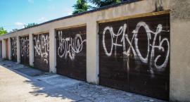 Ktoś pomazał bramy garażowe