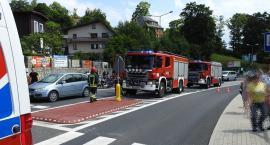 Utrudnienia w centrum Szklarskiej Poręby. Motocyklista wpadł na auto osobowe.