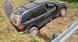 W Dziwiszowie auto wypadło z drogi. Kierowca zatrzymany przez świadków.