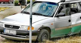 Opel wypadł z drogi. Kierowca bez prawa jazdy