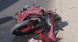 Zderzenie motocykla z autem osobowym. Pasażer jednośladu uciekł z miejsca wypadku.