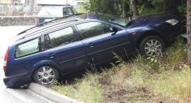 Ślisko na drogach. Pod Szklarską Porębą auto wpadło na skarpę.