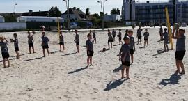 Młodzi piłkarze trenują nad morzem