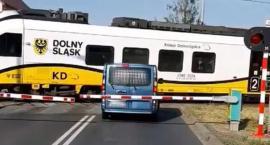 O krok od tragedii na przejeździe kolejowym w Wykrotach