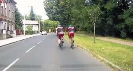 Czy rowerzyści na drodze mogą jechać obok siebie?