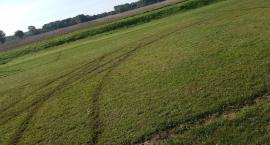 Zniszczona murawa boiska