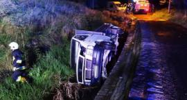 Auto wpadło do potoku. Kierowca porzucił je i uciekł.