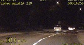 25 punktów karnych, mandat  oraz utrata prawa jazdy za prędkość, wyprzedzanie na przejściu i podwójnej ciągłej.