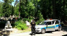 Strażnicy miejscy patrolują miejskie cmentarze