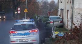 Ślisko na drogach. Auto uderzyło w dom.