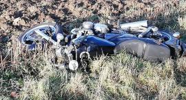 Wypadek w Piechowicach. Motocyklista hamował przed autem i wypadł z drogi.