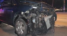Zniszczone barierki, połamane znaki i rozbite auta. Bilans kolizji na ulicy Wolności