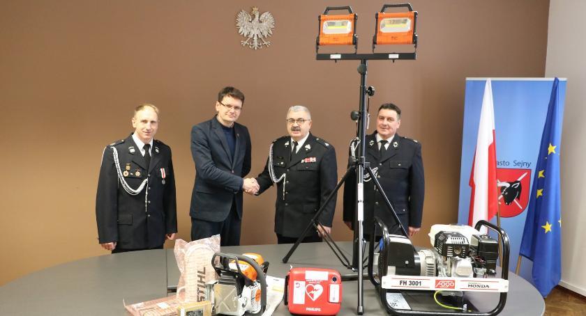 Burmistrz i Urząd Miasta Sejny, Arkadiusz Nowalski przekazał sprzęt - zdjęcie, fotografia