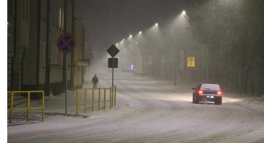 Komunikat, Samochody ulicy utrudniają odśnieżanie - zdjęcie, fotografia