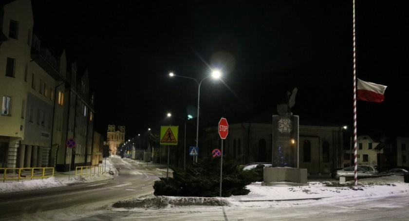 Komunikat, Opuszczone flagi żałoby - zdjęcie, fotografia