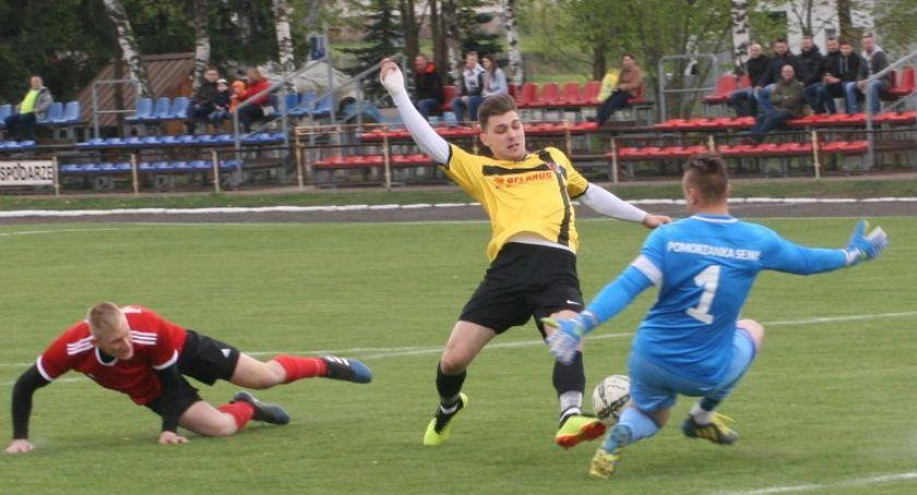 Piłka nożna, Pomorzanka uległa liderowi tabeli - zdjęcie, fotografia