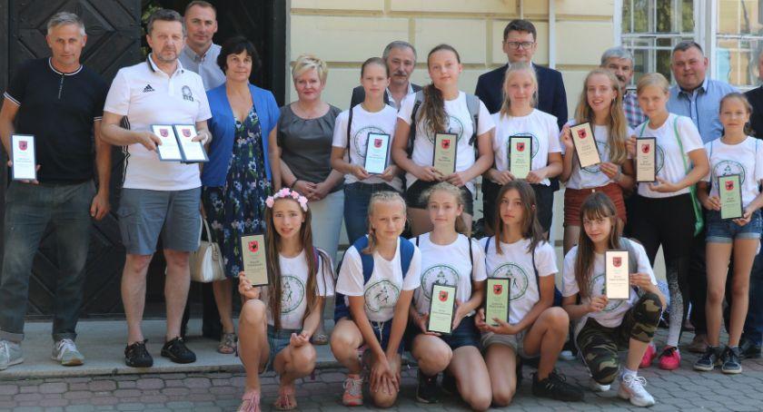 Wydarzenia, Burmistrz Miasta Sejny gratulują siatkarkom - zdjęcie, fotografia