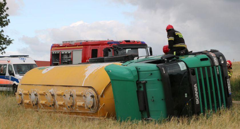 Wypadki drogowe, Półkotach przewróciła cysterna (zdjęcia) - zdjęcie, fotografia