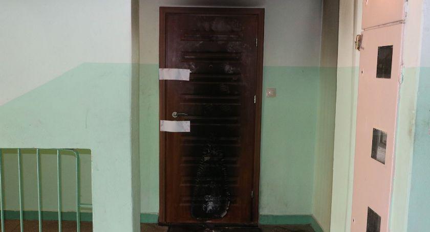 Interwencje straży i pożary, Podpalenie drzwi mieszkania - zdjęcie, fotografia