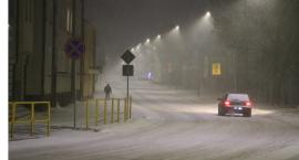 Samochody na ulicy utrudniają odśnieżanie