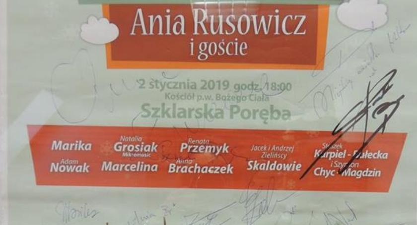 MOKSiAL, Licytacja plakatu autografami - zdjęcie, fotografia
