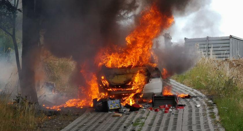 Na sygnale, Pożar samochodu ulicy Wiejskiej - zdjęcie, fotografia