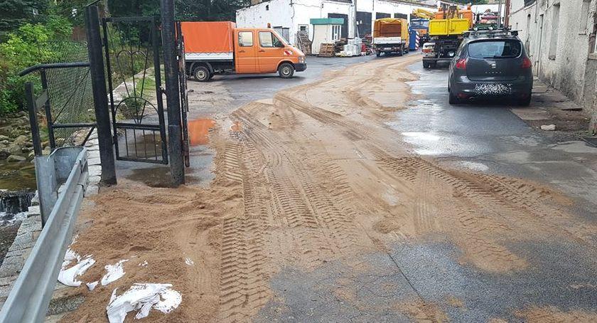 Na sygnale, Paliwo ciągnika dostało strumienia - zdjęcie, fotografia